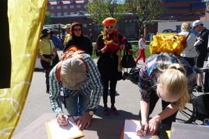 Sadat ihmiset allekirjoittivat Hämeentie-aloitteen Fillarikansan kevätjuhlissa lauantaina.